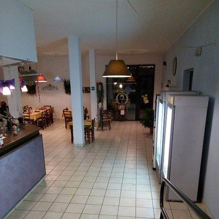 Sona, Italy: ampio corridoio.Tanto spazio, dentro e fuori del locale.