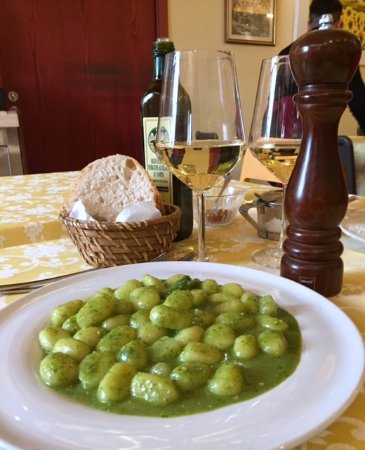 Castel San Gimignano, Italy: An amazing meal of gnocchi with green beans and potatoes