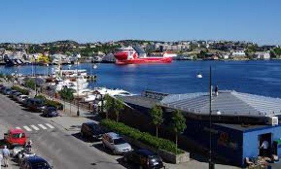 Kristiansund, Norway: Vi ligger godt plassert midt i sentrum, med flott utsikt og uteservering mot havna