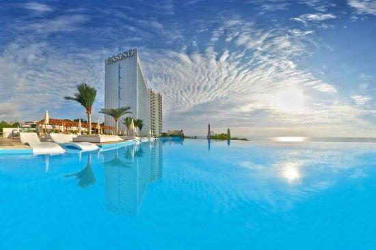 INTERNATIONAL Hotel Casino & Tower Suites: Infinity Pool