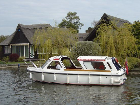 Horning, UK: Our picnic boats are equipped with toilet facilities, satellite navigation and hard sliding roof