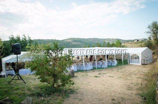 Darbres, France: Le parking aménagé pour la réception (jour)