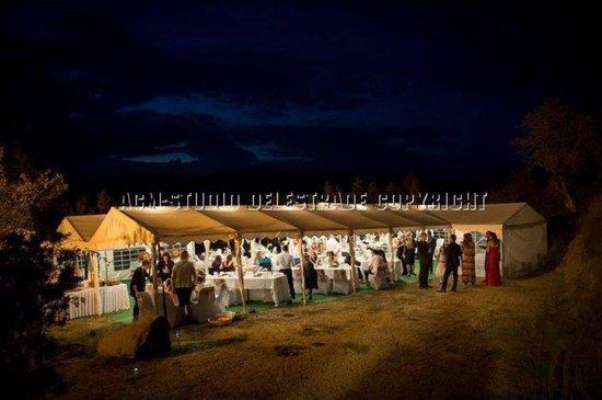 Darbres, France: Le parking aménagé pour la réception (nuit)