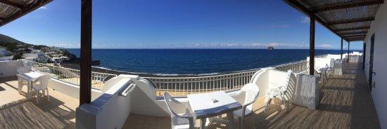 Hotel Miramare : Vue (déformée par l'effet panoramique) depuis la terrasse desservant les chambres