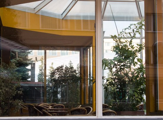 TOP HOTEL Praha: Part of the cafe inside the garden. Nice place to stay when it is cold outside.