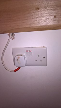 Arinza Hotel London: Loose Socket and diy electrical lights wiring