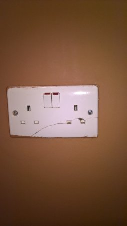 Arinza Hotel London: Cracked and painted socket can be dangerous