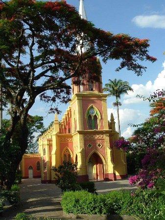 Itaguara, MG: Praça da Matriz, ao fundo Igreja Nossa Senhora das Dores