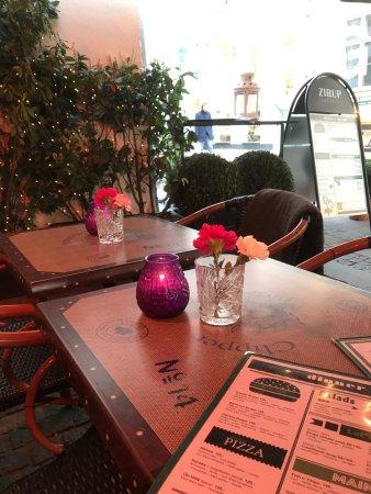 Charmant Zirup: Table Outside Under Heater