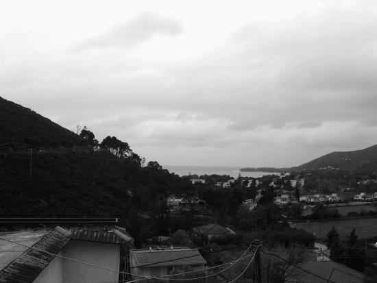Montecorice, Italien: si intravede dalla collina il mare di baia arena case del conte che dopo tanti anni ha avuto la