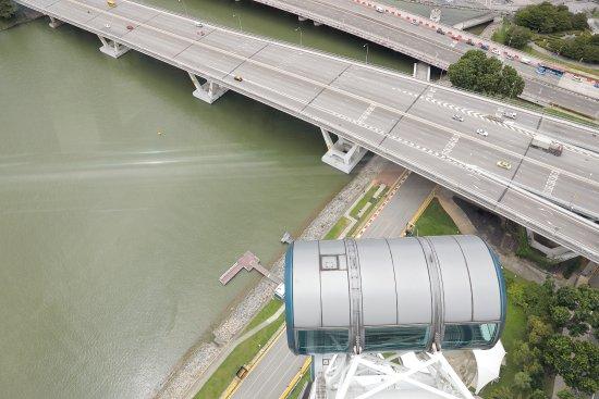 Descending capsule. - Picture of Singapore Flyer ...