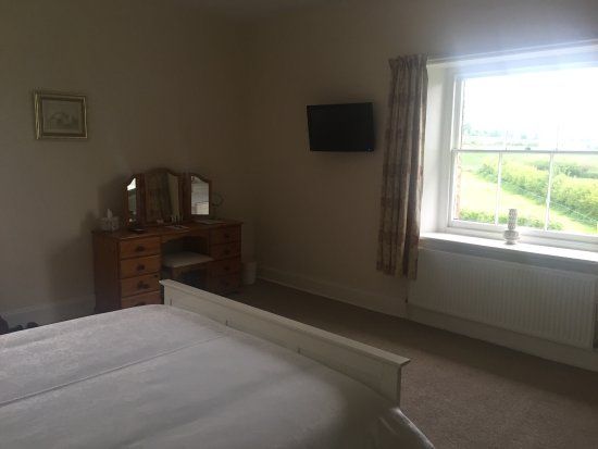 Leintwardine, UK: Bedroom with separate lounge area and kingsize bed