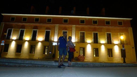 NH Collection Palacio de Aranjuez: ENTRADA DEL HOTEL POR LA NOCHE, UN PALACIO MAS DE ARANJUEZ