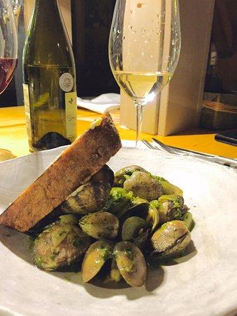 Inn at Weathersfield: Manilla clams, Vermouth, arugula Pistou and garlic toast