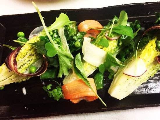Inn at Weathersfield: Little gem lettuce, snap peas, carrots, radish, housemade buttermilk vinaigrette