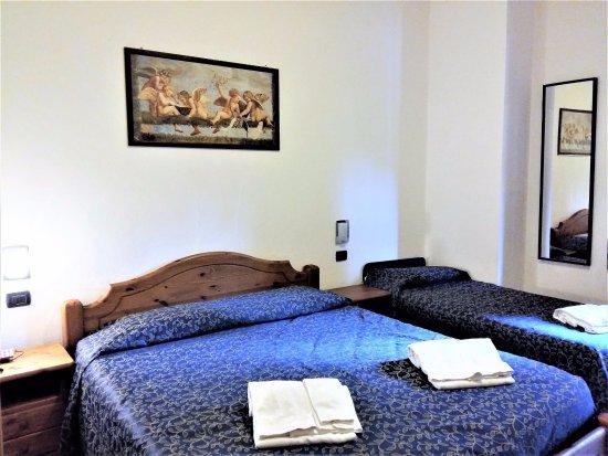 camera tripla letto matrimoniale e letto singolo - Foto di Albergo ...