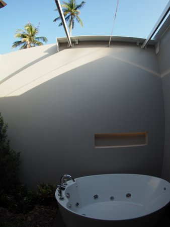 Sai Thai, Thailand: Outdoor shower and bathtub wih small garden. Alternatively, there is also another shower indoor.