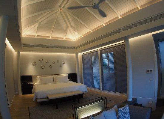 Sai Thai, Thailand: Raised floor bedroom with high ceiling and quiet air con.
