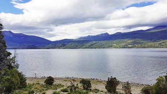 Hosteria Futalaufquen: Lake view from the shoreline