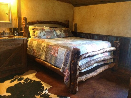 Country Inn & Cottages: King size bed