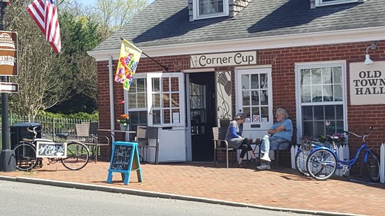 Jonesborough, Tennessee: Our lovely facade, complete with a bike, trike, and outdoor seating!