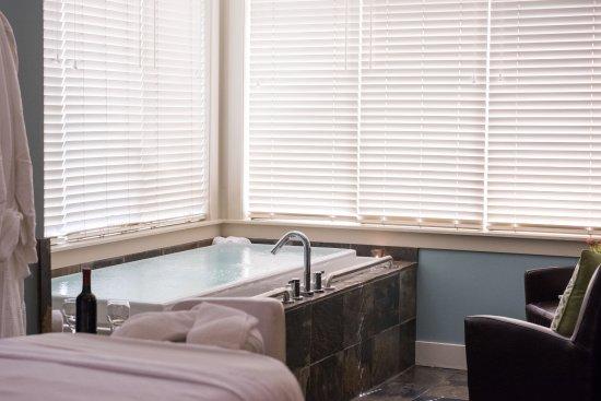 Courtenay, Canada: Chromotherapy Infinity Tub