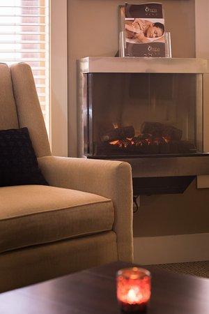 Courtenay, Canada: Lounge fireplace