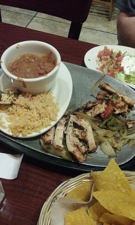 San Antonio Bar and Grill: chicken fajitas