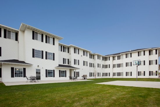 GrandStay Residential Suites Hotel Rapid City : Courtyard with basketball court, putting green, grill, and patio