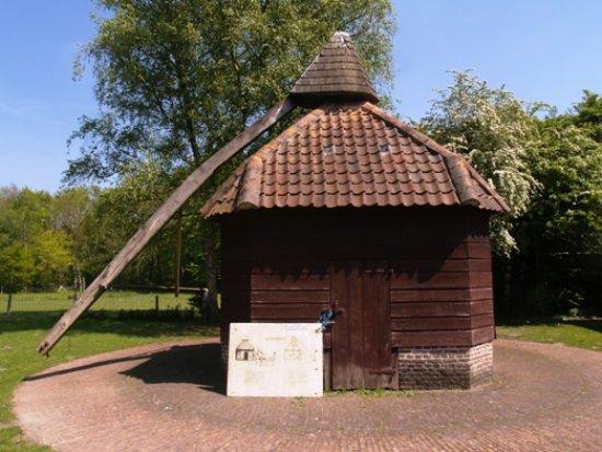 Sint-Michiels, Bélgica: Een oude 'rosmolen' nabij kasteel Tillegem