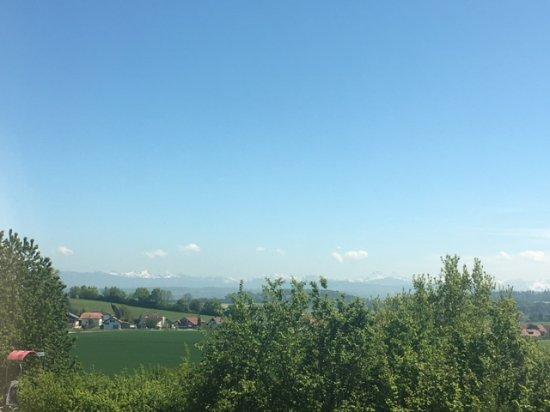 Lully, Svizzera: Panorama dal lato alpi, non scordarsi ubicato su un'autostrada