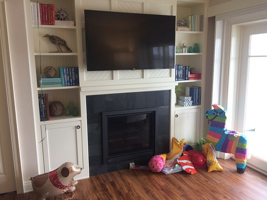 New Castle, NH: fireplace and good size Tv (party time)