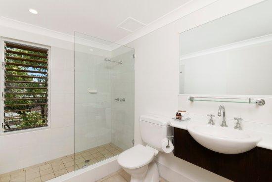 The Reef Retreat Palm Cove: Bathroom walk in shower 1 bedroom suite
