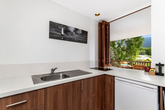 The Reef Retreat Palm Cove: Kitchen 1 bedroom suite