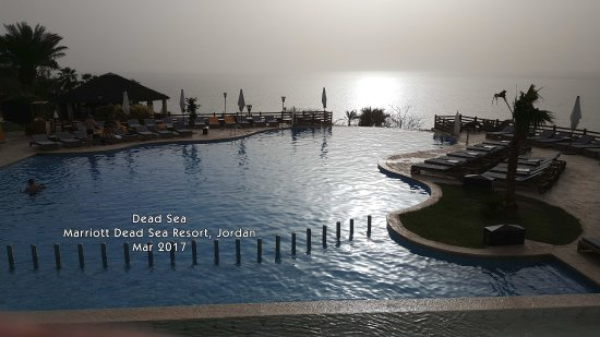 Jordan Valley Marriott Resort & Spa: View of the Dead Sea from the Infinity Pool.