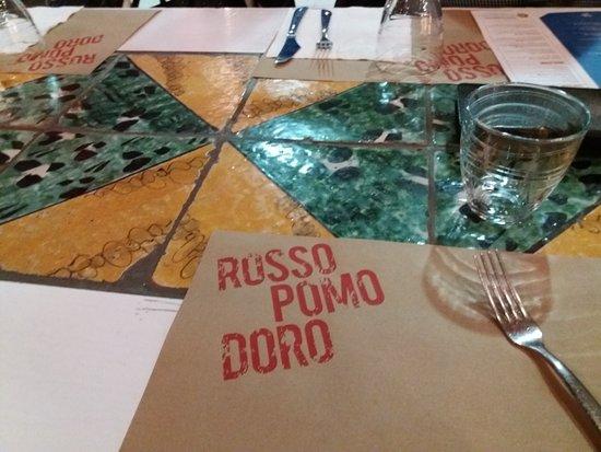 Particolare del tavolo con piastrelle di ceramica artigianali