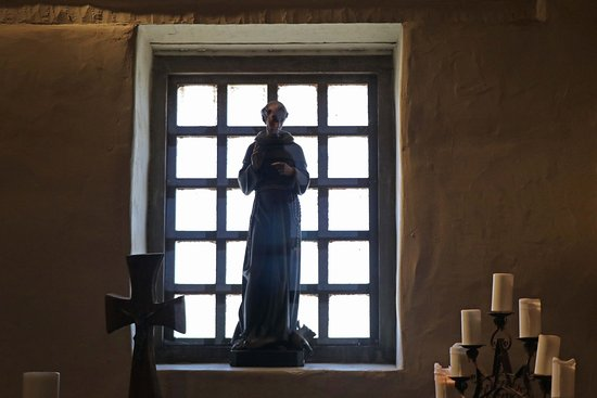 Soledad, CA: Frier statue in window