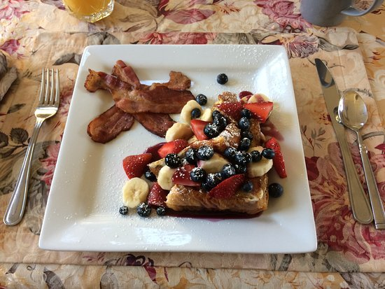 Bella Vista Bed & Breakfast Inc.: French toast and bacon breakfast