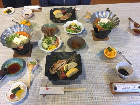 Hanamura: 很有特色的是。除了大眾湯外。房內有兩個湯可以泡。飯店週邊沒什麼可以逛。大廳有販賣一些小物。