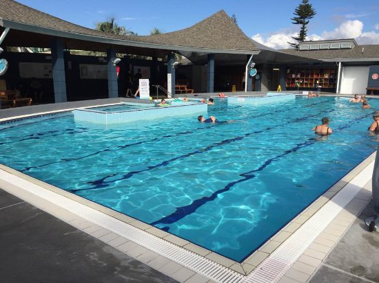 Mount Maunganui, Nowa Zelandia: The main pool is warm and suitable for exercising. It has a family corner near the canopy.