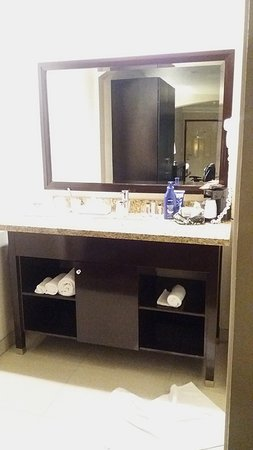 Downey, CA: bathroom
