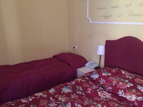 Tiffany Roma Suite: Queste sono le vere foto di questo albergo.quel tavolino serve x la colazione 😱😱😱😱😱