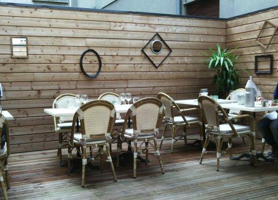 Une vue de la terrasse agréablement aménagée - Picture of ...