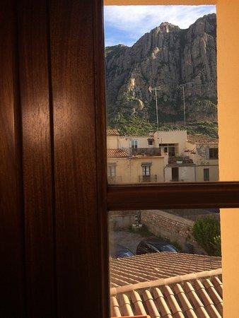 Collbato, Spanien: Hotel cuidado con habitaciones de ensueño, vistas a la montaña, un pueblo acogedor, el trato de