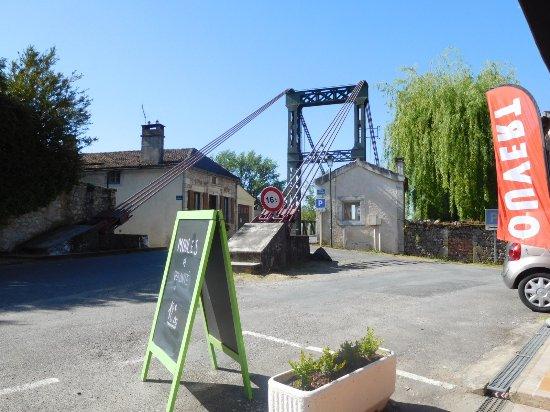 Castelfranc, Francia: Quiet location next to the bridge and river