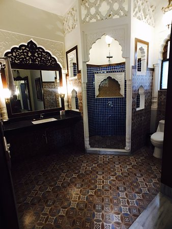 Hotel Pearl Palace: I want a bathroom like this!