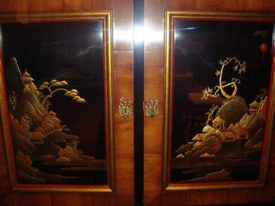 Grand Rapids Public Museum: расписные дверки комода
