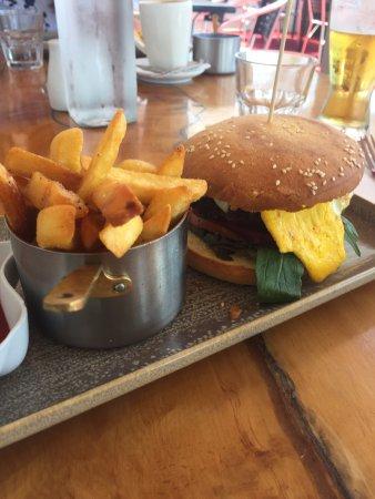 Tuakau Hotel: Burger meal