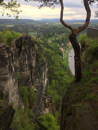 Bastei, Tyskland: Genialer Blick in das Tal und auf die Elbe   Vorher am besten bestellen und dann genießen   Das