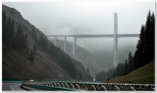 Huocheng County, Kina: The bridge appears as you reach near the top of valley